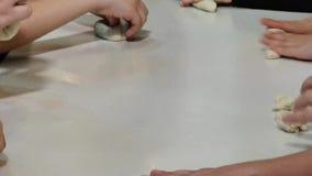 De peuterkinderen maken eigengemaakt brood stock videobeelden