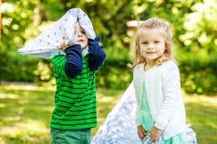 De peuterkinderen spelen in het park 2-3 jaar Meisje en jongen Th royalty-vrije stock foto's