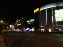 › De PiaÈ un Unirii por la noche - Bucarest Fotografía de archivo