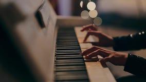 De pianist het vrouwelijke hand van de pianomuziek spelen stock video