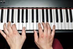 De pianist speelt de piano De pianist` s handen dicht De mening vanaf de bovenkant Royalty-vrije Stock Afbeeldingen