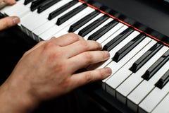 De pianist speelt de piano De pianist` s handen dicht De mening vanaf de bovenkant Stock Afbeelding