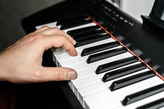 De pianist speelt de piano De pianist` s handen dicht De mening vanaf de bovenkant Royalty-vrije Stock Fotografie
