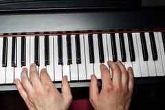 De pianist speelt de piano De pianist` s handen dicht De mening vanaf de bovenkant Stock Foto's