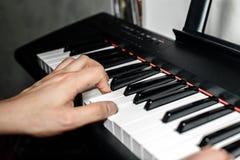 De pianist speelt de piano De pianist` s handen dicht De mening vanaf de bovenkant Stock Fotografie