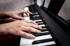 De pianist speelt de piano De pianist` s handen dicht De mening vanaf de bovenkant Stock Foto