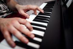 De pianist speelt de piano De pianist` s handen dicht De mening vanaf de bovenkant Royalty-vrije Stock Foto's