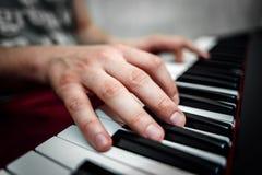 De pianist speelt de piano De pianist` s handen dicht De mening vanaf de bovenkant Royalty-vrije Stock Foto