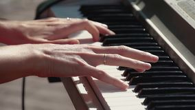 De pianist speelt de synthesizer, als deel van de band stock video