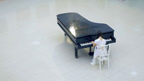 De pianist van de pianomuziek het spelen De muzikale details van de instrumenten grote piano 4K stock video