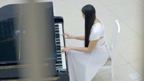 De pianist van de pianomuziek het spelen De muzikale details van de instrumenten grote piano 4K stock videobeelden
