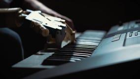 De pianist van de mensenmusicus met een prothetische hand die de piano spelen Hij speelt met twee handen, een robothand en een me stock videobeelden
