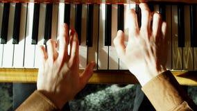 De pianist voert het spelen van een grote piano uit De handen sluiten omhoog Professionele pianist stock videobeelden