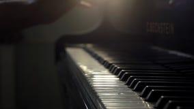 De pianistenhand opent grote piano en begint muziek in langzame motie dicht omhoog te spelen stock videobeelden