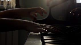 De pianistenhand opent grote piano en begint muziek in langzame motie dicht omhoog te spelen stock video
