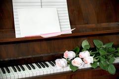 De piano, boeket van vijf verbleekt - roze rozen op toetsenbord, muziekdocument Royalty-vrije Stock Fotografie