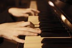 De piano dichte omhooggaande foto van het handenspel Royalty-vrije Stock Foto