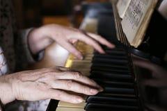 De piano dichte omhooggaande foto van het handenspel Royalty-vrije Stock Foto's