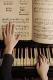 De piano dichte omhooggaande foto van het handenspel Stock Afbeeldingen