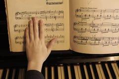 De piano dichte omhooggaande foto van het handenspel Royalty-vrije Stock Afbeeldingen