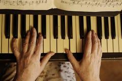 De piano dichte omhooggaande foto van het handenspel Stock Foto's