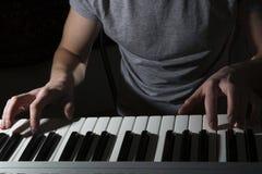 De piano het muzikale instrument van de pianistmusicus spelen Stock Afbeeldingen