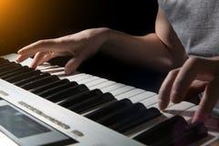 De piano het muzikale instrument van de pianistmusicus spelen Royalty-vrije Stock Afbeeldingen
