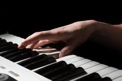 De piano het muzikale instrument van de pianistmusicus spelen Stock Foto