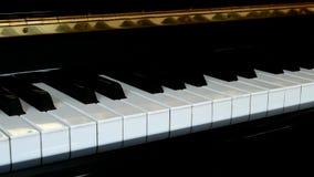 De piano sluit dicht omhoog met zwart-wit toetsenbord en linkerpan stock video