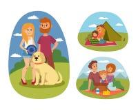 De picknick die met vers voedsel plaatsen belemmert het paar van de mandbarbecue rustende en de partij de lunchtuin van familieme Stock Foto