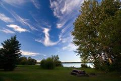 De Picknick van de oever van het meer Stock Foto
