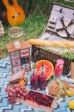 De picknick van de ontwerpzomer in aard Op de plaid is een mand voedsel royalty-vrije stock fotografie