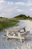 De picknicklijst van het strand stock afbeelding