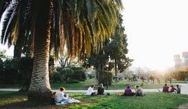 De Picknickscène van Barcelona in een park stock afbeeldingen