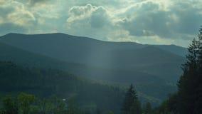 De picteresquemening van de hemel en bos mountaints op een zonnige dag stock videobeelden