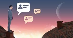 De pictogrammen en de Zakenman die van het praatjeprofiel zich op Daken met schoorsteen en maanhemel bevinden Royalty-vrije Stock Foto