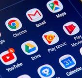 De pictogrammen van Google apps op het scherm van Samsung S8 Stock Fotografie