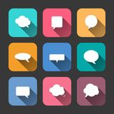 De Pictogrammen van toespraakbellen die in Vlakke Stijl worden geplaatst Stock Afbeelding