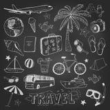 De pictogrammenschets van reiskrabbels op zwart bord royalty-vrije illustratie