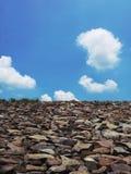 De piedra y claramente cielo Foto de archivo libre de regalías