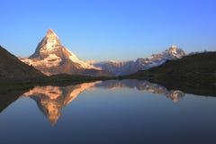 De piek en de bezinning van Matterhorn royalty-vrije stock foto's
