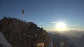 De piek en het kruis van de Zugspitzetop stock video