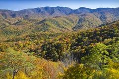 De piek Herfst kleurt, het Blauwe Brede rijweg met mooi aangelegd landschap van de Rand Royalty-vrije Stock Afbeelding