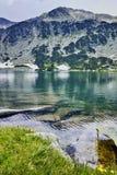 De Piek van Banderishkichukar en het Vissenmeer, Pirin-Berg royalty-vrije stock fotografie
