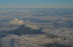 De piek van berg met kan wolken stock foto's