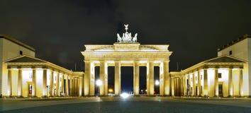 De piek van Brandenburger in Berlijn Stock Afbeeldingen