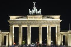 De Piek van Brandenburger in Berlijn bij nacht royalty-vrije stock foto's