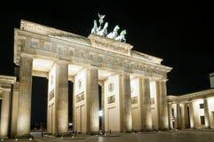 De Piek van Brandenburger in Berlijn bij nacht Stock Afbeeldingen