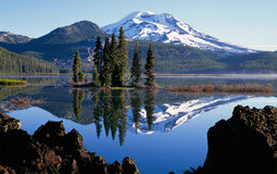 De piek van de berg die in een meer wordt weerspiegeld Stock Foto's