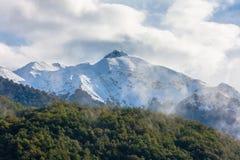 De piek van de berg die met sneeuw wordt behandeld Royalty-vrije Stock Fotografie